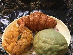 翌日の朝食用に、メロンパン、海老名カレーパン、クロワッサンを買いました。
