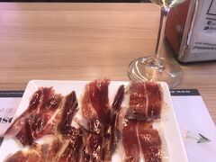 ZARAやMANGOなどひと通り見た後、またしてもエンリケトマスで生ハム☆ここはハムを見て注文して食べられるので、ついつい来てしまいます。試食もさせてもらえますよ。白ワイン1杯で10ユーロ。
