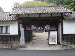 石見銀山資料館は石見銀山代官所跡地あり、門は代官所の門です。