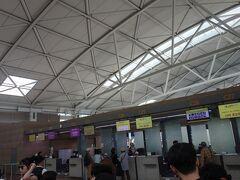 12:34 仁川国際空港に着き、ガイドさんの案内でジンエアーのチェックインカウンターに来ました。座席は窓側ではなかった。窓側の席はほとんど出国する人になっていました。(窓側の席は出国者が優先されるようです。)