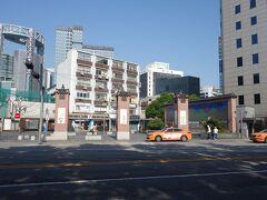 仁寺洞ギルの「インサコリア」(写真のセブンイレブンの斜め向かいにあるビル、すなわち、写真の右端のビルの1階の店)でショッピング。10:34 出発し、仁川の食料品店に向かう。