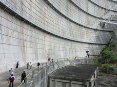 前編にて  ルート上にある「小森ダム」「藤原ダム」を愛でながら矢木沢ダムを目指しました。  点検放流イベント時は様々なイベントが開催されますが、メインイベントの点検放流の前に「ダム堤体内見学ツアー」に参加しました アーチ式ダムなので提体自体が薄いので提体内はあまり見れませんでしたが、それを補って余りあるくらい、普段入場禁止のダム提体直下の見学は興味深かったです  ※前編の様子はこちら  https://4travel.jp/travelogue/11362852  ※写真は前編のハイライト「矢木沢ダムの提体直下」