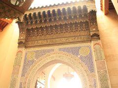 徐々に怪しくなってきた。iPhoneで地図を見ながら歩いていたが、自分の居場所が地図と合わない。  カラウィン・モスクを目指していたが、不意にサヴィア・ムーレイ・イドリス廟に着いた。