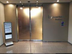 「カンタスビジネスラウンジ」はエスカレーターを下り2階に降りた所にあります。 こちらもワンワールドサファイア以上で利用可能です。  受付で搭乗券とパスポートをチェックされ、早速中へ。