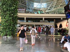 ングラライ空港に到着。 10月にきたときと同じくらいかなぁ。 でも一昨年のときより空いてる気がする。