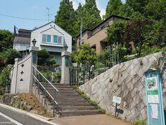 ブラフ18番館の入り口 10:18頃  JR石川町駅からイタリア山の坂道を登りブラフ18番館に到着です。 梅雨入り前の良い天気です。  玄関を入ると下駄箱に空きがないほどの混雑でした。