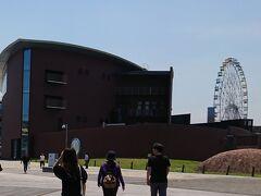 すぐ近くに海響館。奥にあるのがはいからっと横丁です。