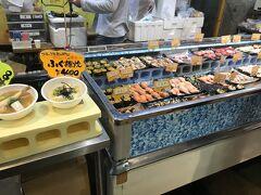唐戸市場内は人がとっても多かったです。寿司や海鮮ちらしを買うお店がたくさんあり、迷いました。どれも一貫100円~とリーズナブルなのにすごくボリュームがあります。