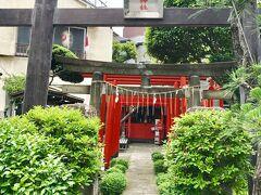 田端駅からふれあい橋を渡ったところにある東灌森稲荷神社。太田道灌が祀った7つの稲荷のうちの1つと言われている。 赤鳥居は鉄パイプで造られている。