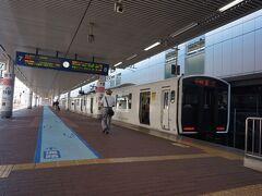 久留米から飯塚へは直線距離では40kmにもならないけど、特急バスはずいぶん前になくなりました。最もストレートに結ぶJR原田線も1日9往復しかなく、昼間はすっぽり3時間列車が開く時間帯もあります。  そこで往路は博多まで出て、福北ゆたか線経由で行くことにしました。直方行き快速は、4両のワンマン運転。ホームドアもないのに、安全確認大丈夫なのかな。