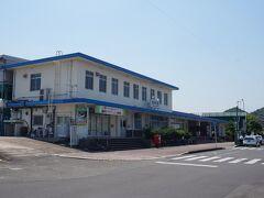 博多から40分、飯塚着。飯塚市を代表するっぽい駅名ですが、1964年の市役所移転以降、新飯塚の方が市の玄関口になっています。  かつては関西方面からの寝台特急も迎えた立派なRC造の駅舎も、どこか寂しげ。