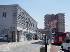 飯塚バスターミナルから急行バスで、新飯塚駅へ移動。福岡からの充実した特急、急行バスは、市内利用もできるので便利です。  こざっぱりした駅舎とマンションが並ぶ駅前風景は、鹿児島本線の博多周辺のそれのよう。近年、飯塚市の人口が減少傾向を見せる中、利用者の増加が続く駅です。