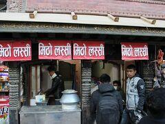 インドラチョークにあるラッシー屋さん。大繁盛です。