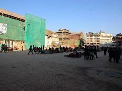 腹ごしらえを終え、ダルバール広場へ向かいます。 ここは、ダルバール広場の中にあるバサンタプル広場です。まだまだ地震の影響が残っています。