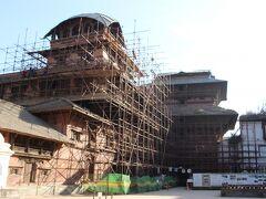 ハヌマンドカ(旧王宮)の中に入りました。 まだまだ復旧中であることがわかるかと思います。