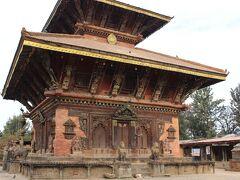 ナガルコットで初日の出を見た後、車はカトマンドゥ盆地の世界遺産を巡っていきます。行き先と順序は、予約時に打ち合わせをしていました。 まずはチャングナラヤン寺院。小さな世界遺産の寺院です。 入場料300ルピー(330円)。