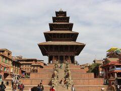 左の、ニャタポラ寺院です。 カトマンズ盆地で一番高い寺院だとのことで、なかなか見ごたえがあります。