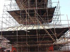 ゴールデンテンプルの近くにある、クンベシュワール寺院です。震災の被害が大きいです。
