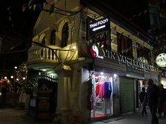 すっかり暗くなって、夕食。 晩御飯は、タイ料理にします。今回の旅行で、唯一の高級店での食事となりました。 インヤンというお店。ガイドブックにも載っています。