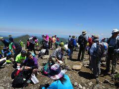 三本槍岳(標高1917m)に登頂! 狭い山頂が多くの登山者で埋め尽くされていました。