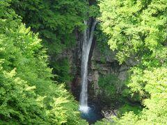 北温泉から舗装路を少し歩くと観瀑台があり、「駒止の滝」を見下ろせました。