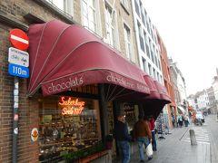 Mariastraat周辺はいろいろなショップが立ち並び お土産購入にはとても便利なエリアです。  日帰りでブルージュを観光される各国のツアーの方たちも 行列で街を歩いていて大混雑。 ヨーロッパの方たちもこうやって団体旅行するんだ~。  びび家もお土産を買いましょう。 「スクールブック」  家族経営のチョコレートショップ。