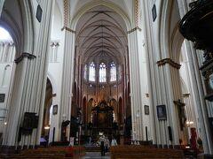 「救世主大聖堂」 午前に入場した「聖母教会」と並ぶ高い塔がとても気になっていました。  ブルージュ最古の教会です。 ゴシック様式の建物で重厚感あふれる雰囲気。