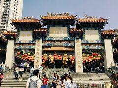 門をくぐって、黄大仙へ~~。 香港はイースター休暇中、ですが、関係ありません。黄大仙は黄大仙なのです(笑)。