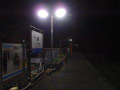待つことしばし。 まずは遠くから列車の走る音が聞こえてきて。 次にライトが遠くから段々近づいてきて……。