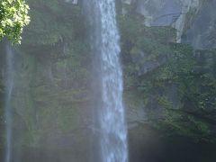 ズーム(^.^) 滝壺からの水しぶきが、細かな飛沫になって舞い上がり、この周辺一帯までも漂って、めちゃ気持ちええ~!!(≧▽≦) やっぱり来て良かったぁ!!←現金(爆)