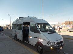 空港にはプーノ行きのミニバスが泊まっていて