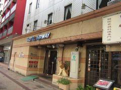 国道58号沿い、松山信号側にあるビジネスホテル 古いホテルですが、口コミがとても良いのは、男性利用が多く、フロントで可愛い女の子がけなげに働いているからかも。 エレベーターが一基なので混雑します。