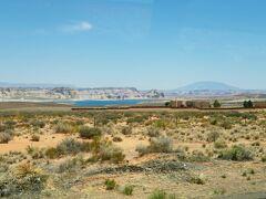 やがて、再びアリゾナ州に入り、湖が見えてきました。 コロラド川の途中に造られた人工湖、パウエル湖です。  右後ろの山はナバホ山。 この辺りがグランドサークルの中心になります。