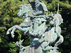 戦国大名で後北条氏の祖である早雲像が、JR小田原駅西口のロータリー内にあります。高さ5.7m重さ7tの日本最大級の銅像ですが、ロータリー内にあり近くから見られないのが残念です。千頭の牛の角に松明を灯し大軍で攻め寄せたと思わせ小田原城を絡めとった「火牛の計」をモチーフにしています。