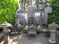 小田原駅西口から東口に移動して北条氏政・氏照の墓所へ。 豊臣秀吉の小田原攻めの時、敗戦の責を負って自害した北条氏政・氏照はこの地にあった伝心庵に埋葬されました。