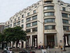 ルイ・ヴィトンの本店もシャンゼリゼ通りにあります。
