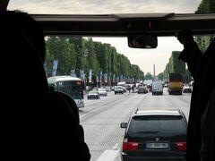 シャンゼリゼ通りの先には、コンコルド広場が見えます。