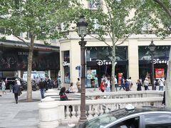 シャンゼリゼ通りにもあったディズニーストア。