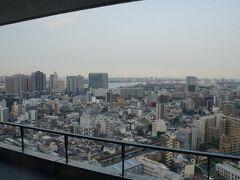品川からシャトルバスを使ってマリオットホテルに到着~。 シャトルバスは1時間に3本あります。  SPGゴールドの特典でラウンジ無料・朝食無料・レイトチェックアウトが 16時までというのが8月からなくなってしまうので(レイトチェックアウトは14時に短縮)、 なくなる前にまだ泊まったことのなかった東京マリオットホテルに 宿泊です。  特典がなくなる前に大阪と名古屋のマリオットにも宿泊予定です。  で、チェックイン後すぐにラウンジへ! ラウンジからの眺めです。