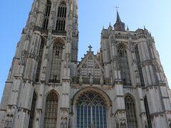 【ノートルダム大聖堂】西ファサード  地区教会として1352年に着工し、約170年の歳月をかけて 建造されました。 (司教座のある大聖堂に昇格したのは1559年)  北側(左側)の塔の高さは123m。 当初は同じ高さの塔が2つ建つ予定でしたが 北塔の完成後に火災が起こり、修復のため資金難となり 現在の形になったそうです。  また北塔は鐘楼(=見張り塔)としての役目もあったため 南塔も同じ高さだと死角になるからという理由もあったようです。  ノートルダム大聖堂は『ベルギーとフランスの鐘楼群』(の1つ)として 世界遺産登録されています。