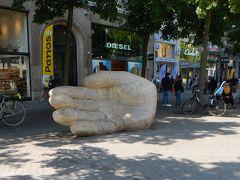 ベルギーユニクロでのショッピングも楽しみ(笑) ふと見ると・・あ!  道路の真ん中に大きな手! 「アンティゴンの手」  「アントワープ」の地名の由来になった伝説の 乱暴者「アンティゴン」の手のオブジェ。 退治した勇者ブラボーの像はは少し離れた場所にあるので ここまで飛んできたのね~(違うか・・)  周囲は木陰にベンチがあり皆さんおくつろぎ。 このオブジェも子供たちが登ったりして遊んでいました。