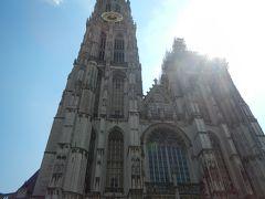 ヨーロッパあるあるの修復中でした。 が・・青い空に高い塔が映えて存在感あります。