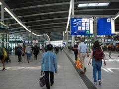 約2時間でユトレヒトセントラル駅に到着。  オランダの主要駅はどこも近代的で新しいです。 それにしても大きな駅。