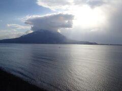 お隣の鹿児島駅を出ると錦江湾と桜島がよく見えていました。