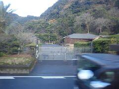 反対側の車窓には昨日訪れた仙巌園。