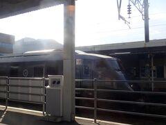 加治木駅では特急きりしま号と行き違い。