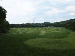 少し歩くと広大なパークゴルフ場があります 72ホールあるパークゴルフ場は1日1100円で周り放題のため 町民に人気があるようです