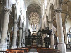 【聖ヤコブ教会】   教会の起源は14世紀に遡り、サンティアゴ・デ・コンポステーラへの巡礼者が立ち寄る小さな教会だったそうです。 15世紀に多くの巡礼者を受け入れられるように建て替えられ、完成は1656年。  当時9歳のモーツァルトも父と訪れ、ルーベンスの墓を参拝したのだそう。