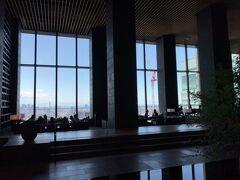 東京・大手町『アマン東京』33Fの【ザ・ラウンジ by アマン】の写真。  東京のパノラマとスカイラインとともに、 寛ぎのバータイム、ティータイムをお過ごしください。   33階のバーラウンジは、壁一面のガラス、障子をモチーフにした 高い天井、日本庭園をイメージしたガーデンラウンジに囲まれた 静かな空間です。 昼間は外苑の森の緑や山々を眺めながらアフタヌーンティーを、 夜は煌めく摩天楼の夜景とともにカクテルをお楽しみください。  <営業時間> 11:00am - 0:00am (LO 11:30pm)  https://www.aman.com/ja-jp/resorts/aman-tokyo/the-lounge-by-aman