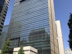 東京・大手町『アマン東京』の外観の写真。  『大手町タワー』の33階から38階部分にホテル『アマン東京』が あります。  地下1階,地下2階に商業施設「OOTEMORI(オーテモリ)」があり、 地下鉄直結ですが、外観を撮るために地上にいます。  <アクセス> 地下鉄東京メトロ 東西線・丸ノ内線・千代田線・半蔵門線、都営三田線 「大手町」駅直結 東西線中央改札前  https://www.aman.com/ja-jp/resorts/aman-tokyo